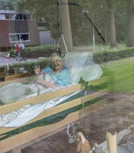 Nientje van Loon (99) uit Eindhoven ligt nergens beter dan in haar 'zwaaikamer'