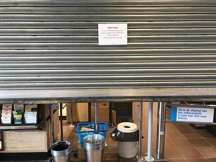 Vanwege plafondplaten die naar beneden dreigen te vallen is de AH op winkelcentrum Zuidpolder in Terneuzen tijdelijk dicht.