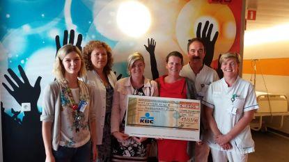 Vanessa en Aneka steunen Kinderziekenhuis met cheque  van 1.505 euro