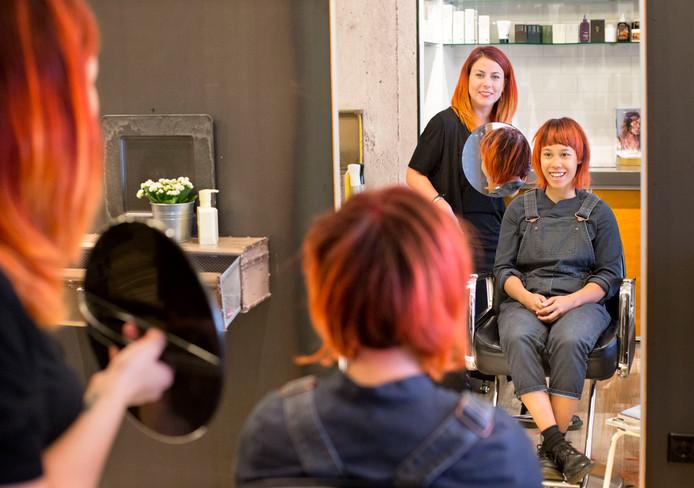 Kapster Isabel de Koning van Hier en DHaar in Breda (links) is uitgeroepen tot beste haircolor-artist van Nederland en gaat volgende maand naar Barcelona voor de WK. Foto: Joyce van Belkom/Pix4Profs