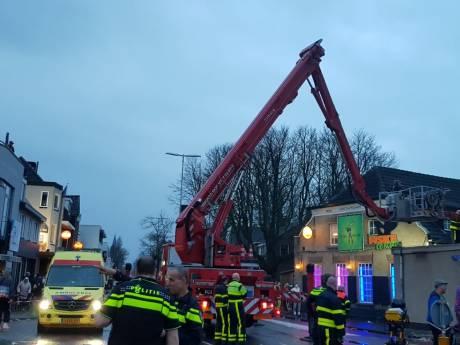 Hoogwerker nodig om onwel geworden carnavalsvierder uit café in Goirle te halen