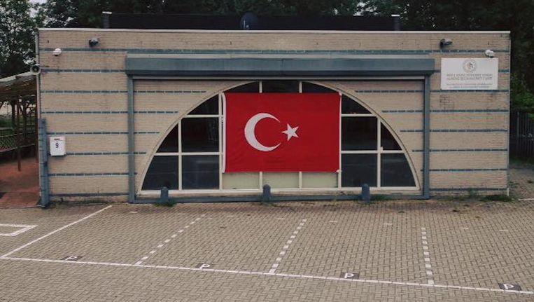 De moskee in Almere heeft de Turkse vlag opgehangen. Beeld Het Parool