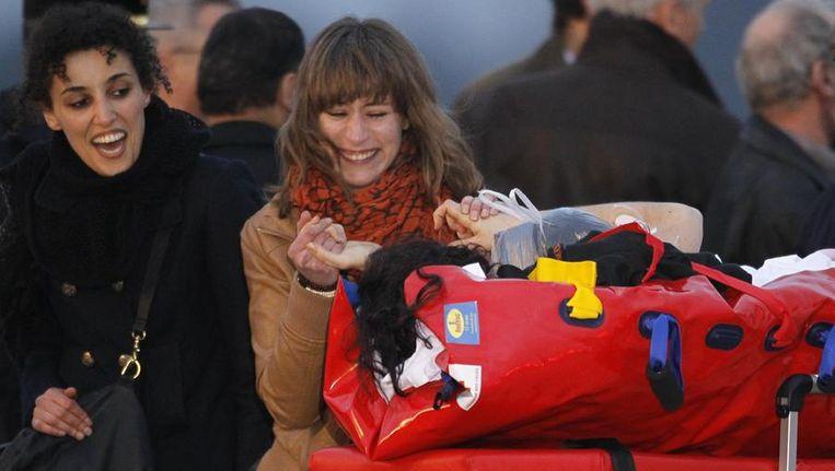 Vrienden van Edith Bouvier verwelkomen de journaliste na aankomst op het vliegveld in Parijs. Beeld reuters