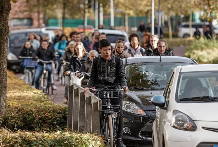 Heel veel officële instanties balen van gedrag fietsende scholieren van het Markland College in Zevenbergen. Bij het uitgaan rond 15.10 is het een chaos in de Gildelaan.