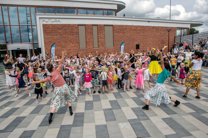 De leerlingen van De Linde openen met een vrolijke dans de feestweek vanwege het 40-jarig bestaan van hun basisschool in Oud Gastel.