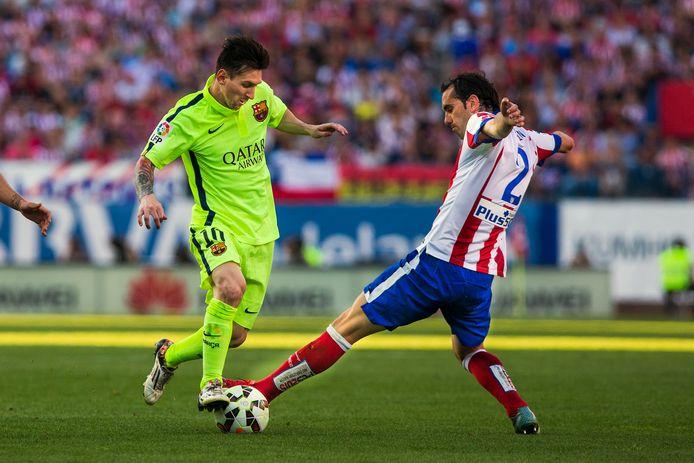 Lionel Messi passeert Diego Godín op 17 mei 2015.