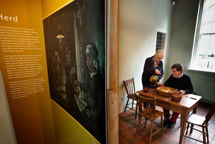 Ineke Strouken serveert thee aan Ton van den Brand in 'de Herd', een van de ruimtes in het vernieuwde museum De Vier Quartieren in Oirschot.