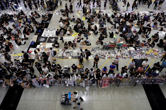 Demonstranten op de luchthaven van Hongkong.