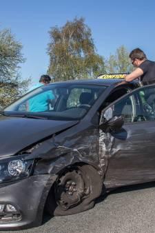 Auto botst frontaal op lesauto op N201 bij Vinkeveen