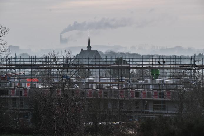 Uitzicht op het nieuwbouwproject aan de rand van Hoogte 89, met uitzicht op de Sint Jozefkerk en in de verte de vuilverbranding van Duiven.