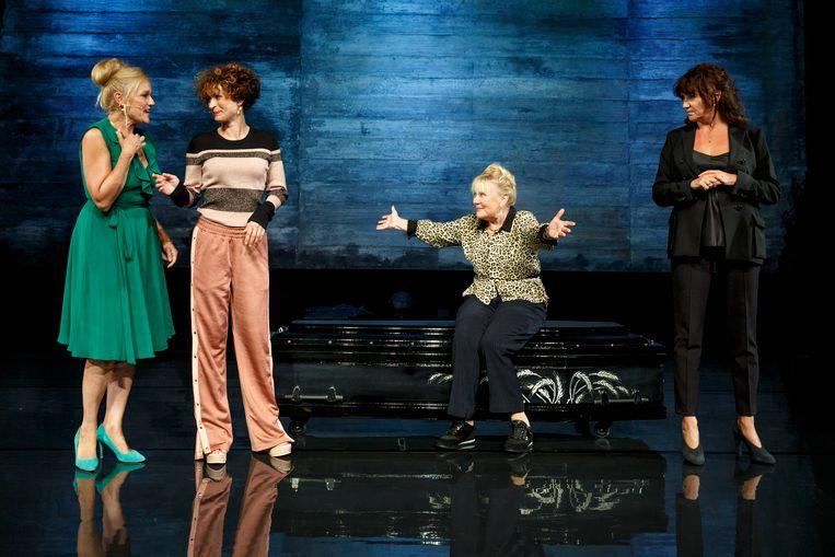 Margo Dames als Sonja, Eva van de Wijdeven als Sam, Trudy de Jong als moeder Stien en Renée Fokker als Astrid Holleeder in de voorstelling Judas. Beeld Bob Bronshoff
