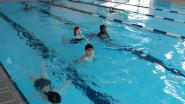Leerlingen De Kameleon sponsorzwemmen voor (wees)kinderen in Togo