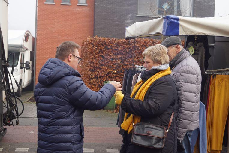 De inwoners van zorgcentrum Monnikenheide deelden sterretjes uit aan de marktbezoekers.