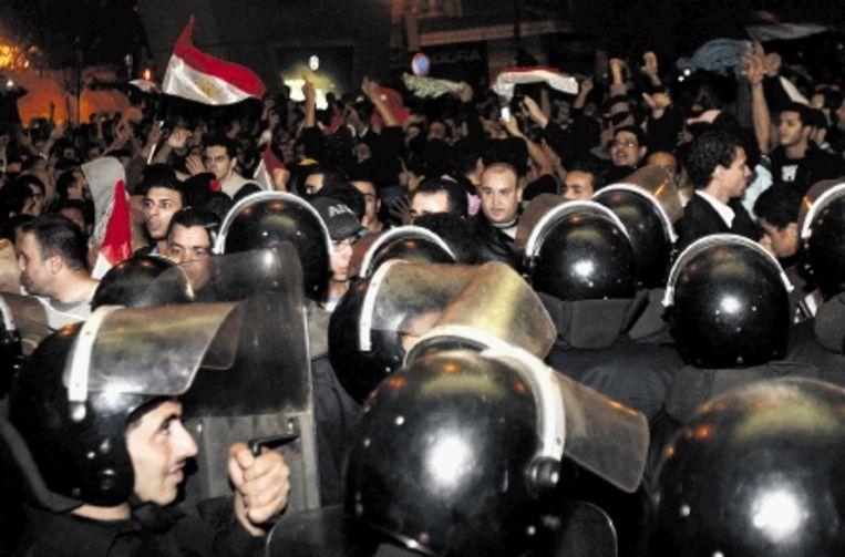 Egyptische betogers protesteren bij de Algerijnse ambassade in Cairo na de verloren WK-kwalificatiewedstrijd tegen Algerije. (FOTO REUTERS ) Beeld