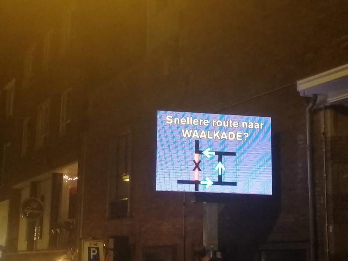 Borden in het centrum van Nijmegen wijzen bij drukte bezoekers van de Vierdaagsefeesten de weg.