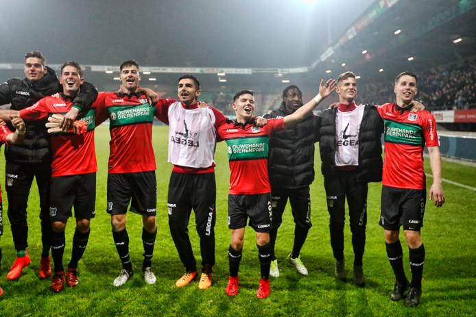 NEC-spelers vieren de 3-1 overwinning tegen SC Cambuur.