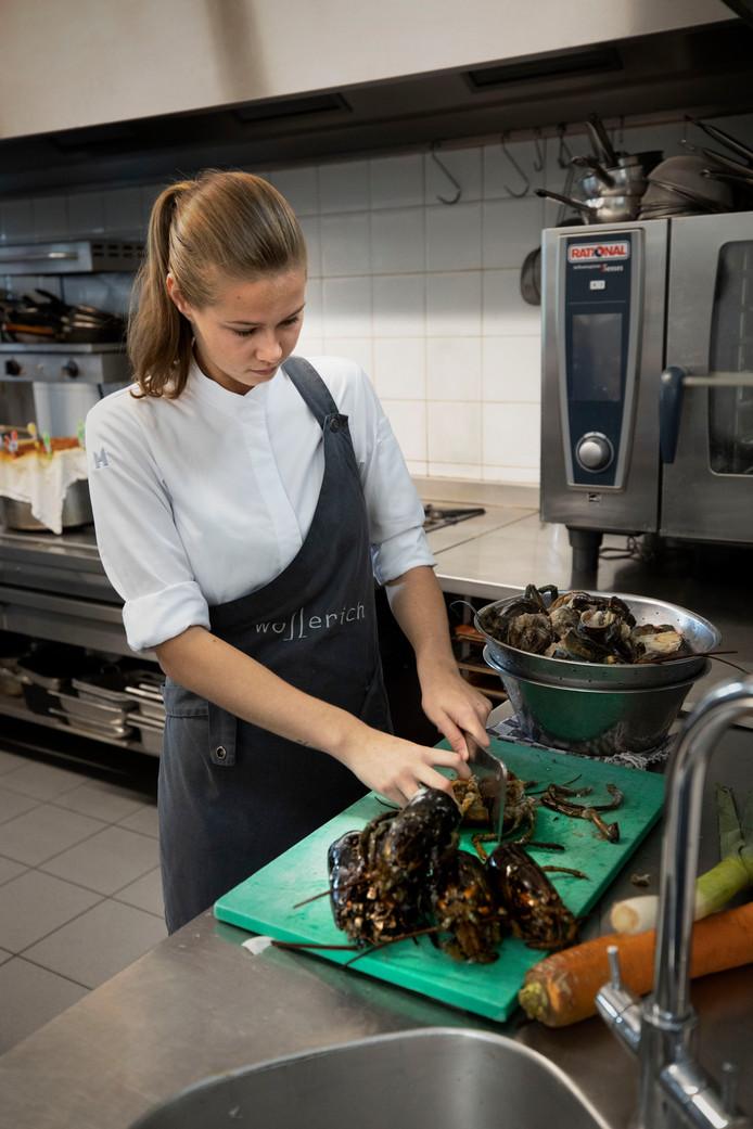 Danique Denkers, die bezig is in de keuken bij Wollerich. Ze is een van de finalisten voor het NK Jonge Koks