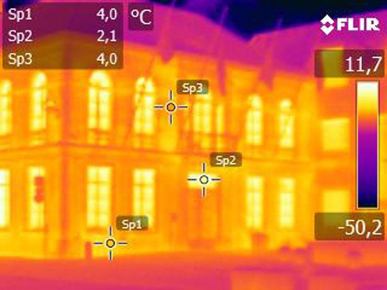 Op de foto: warmtescan buitenkant gemeentehuis Hamme. Op de meest lichtgevende punten gaat het meeste warmte verloren.