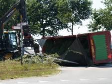 Kieper met gras kantelt in Broekland: berging neemt uren in beslag