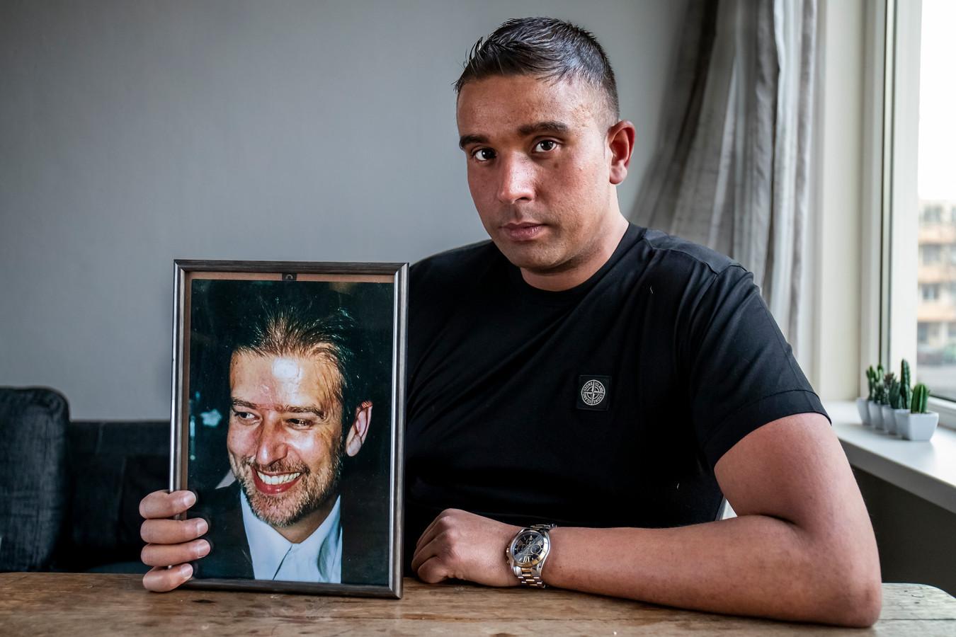 Youness van Bruggen krijgt maandag een nieuwe nier. Hij houdt een portret van zijn vader vast, die aan nierfalen is overleden.