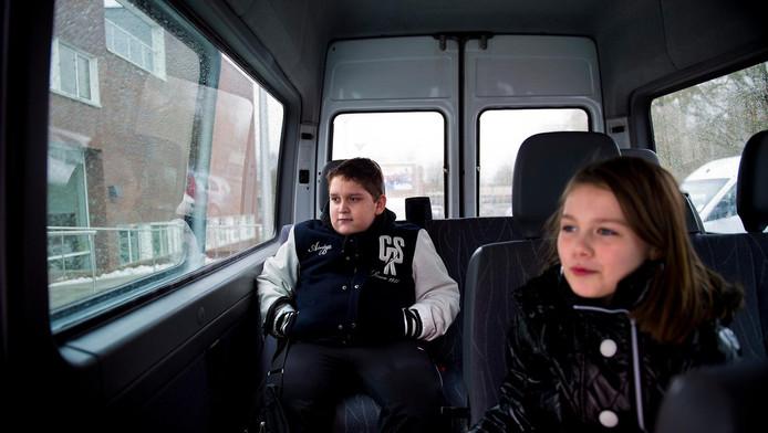 Leerlingen zijn soms voor vervoer van en naar school aangewezen op busjes.