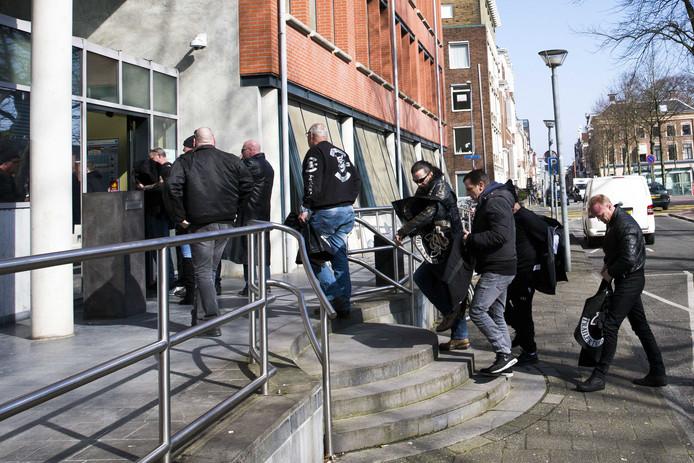 Leden van motorclub No Surrender voor de ingang van de rechtbank.