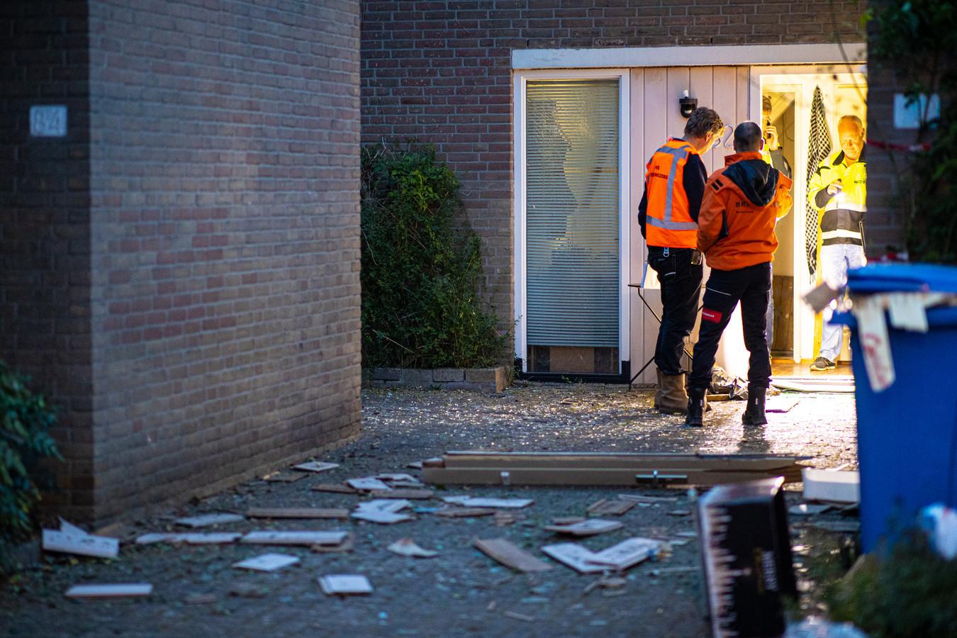 Politie en brandweer doen 's nachts onderzoek bij het huis waar zich een explosie voordeed.