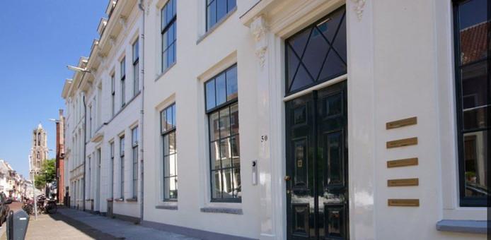Een van de woningen aan de Lange Nieuwstraat die in de verkoop staat.