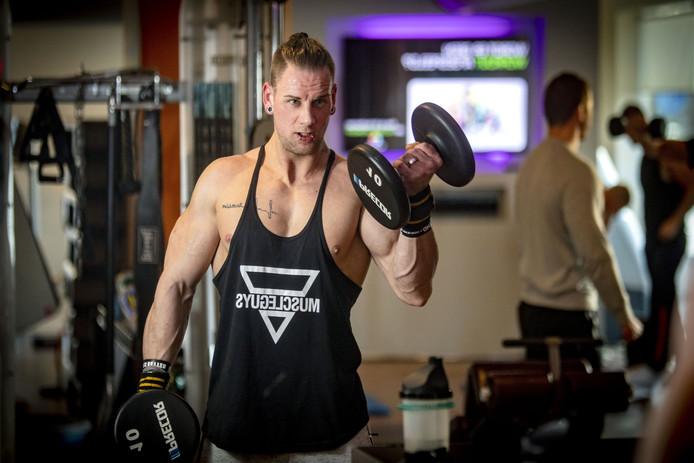 Andy Achterberg maakt furore als bodybuilder en doet sinds kort aan wedstrijden mee. Vandaag traint hij weer twee uur bij Anytime fitness.