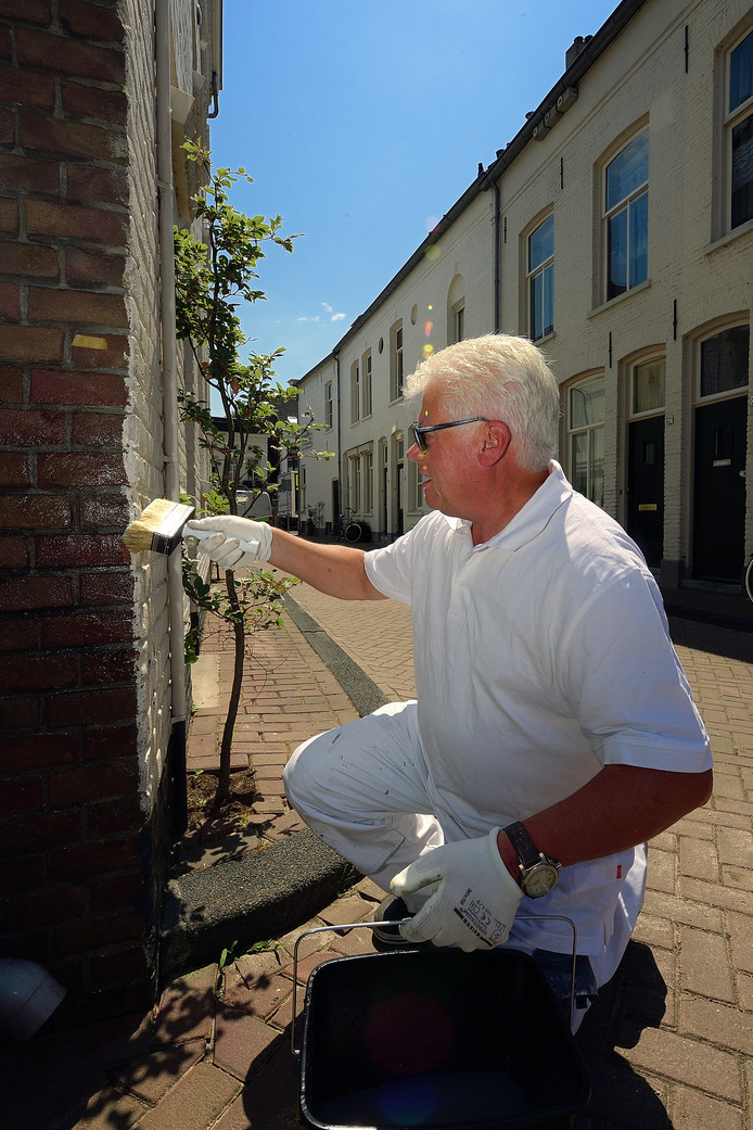 Ruud Kortekaas voorziet doodlopend stukje Molenstraat van antipiscoating. Foto petervantrijen/pix4profs
