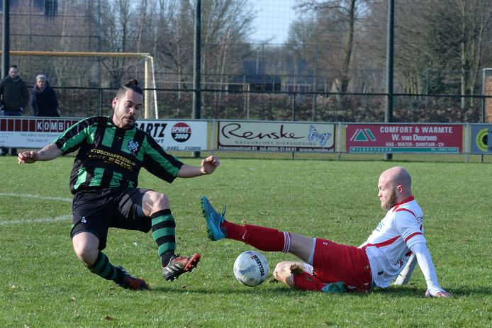 Rob van Raaij van Vianen Vooruit (rechts) gaat vol het duel aan met Jason Cornelis, speler van Hapse Boys.