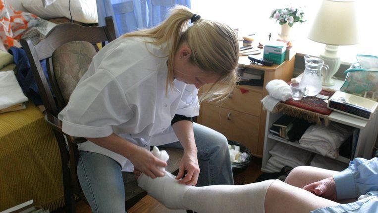 Vooral onder wijkverpleegkundigen is er een nijpend tekort aan personeel. Beeld null