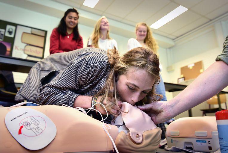 EHBO-les voor vwo-leerlingen van het Goois Lyceum in Bussum. Beeld Marcel van den Bergh