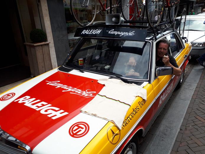 John van Ierland in de Raleighwagen. Op de motorkap het wollen ondertruitje waarmee Gerrie Knetemann in 1978 wereldkampioen werd.
