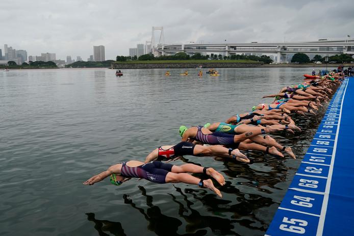 De start van de vrouwen tijdens het olympische testevent in Tokio, waar wordt gezwommen in het water van het Odaiba Marine Park.