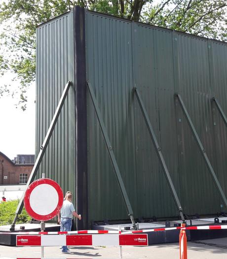 VIDEO: WOO HAH! bouwt enorme geluidswerende muur