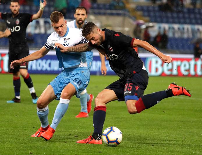 Nicolo Armini (links) namens Lazio in duel met Mitchell Dijks.