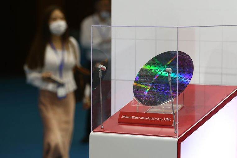 Een siliciumschijf van Taiwan Semiconductor Manufacturing Company (TSMC) wordt getoond op de 2020 World Semiconductor Conference in Nanjing, China. Beeld Getty