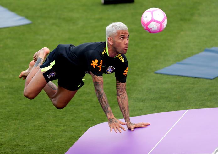 Dani Alves tijdens een potje teqball op de training van Brazilië.