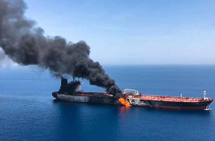 Rook en vlammen slaan uit de Noorse tanker Front Altair, die donderdag zou zijn aangevallen in de Golf van Oman.