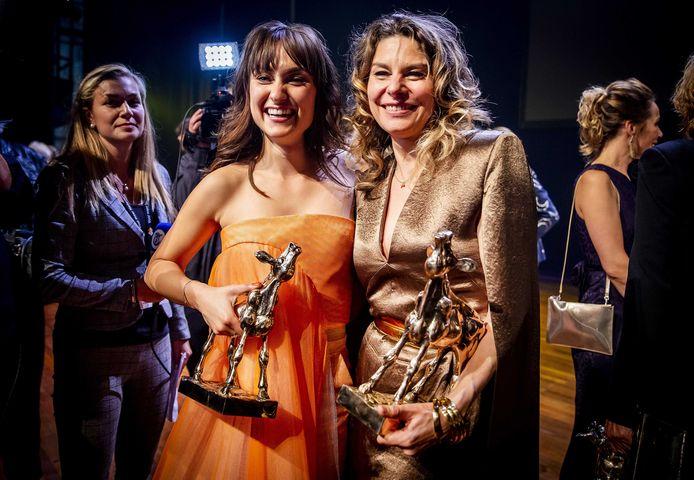 Melody Klaver en Rifka Lodeizen op het podium tijdens de uitreiking van het Gouden Kalveren Gala 2019.