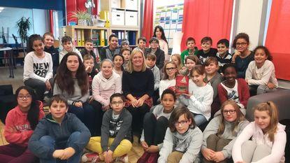 Schrijfster Nathalie Stroobant op bezoek bij leerlingen De Trampoline