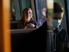 Man die vrouw in trein mishandelde vanwege verkeerd dragen van mondkapje moet voor rechter verschijnen