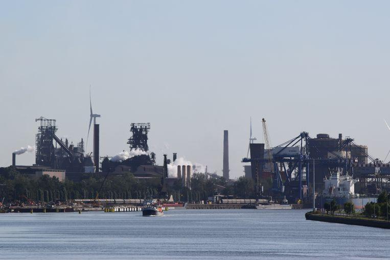 Beeld ter illustratie - De Gentse kanaalzone met links de twee hoogovens van ArcelorMittal Gent.
