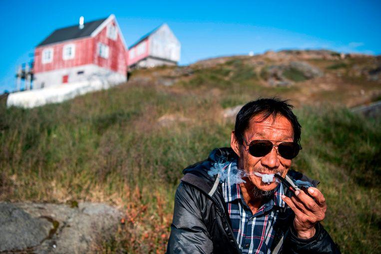 Een Groenlander in het stadje Kulusuk, 21 augustus 2019.  Beeld AFP