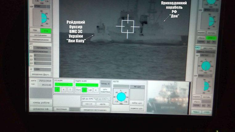 Op dit beeld van de Oekraïense marine zou te zien zijn hoe een Russische grenspatrouille (rechts) botst met de Oekraïense boot.