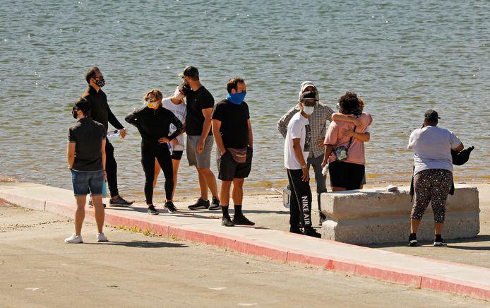 """Les acteurs de """"Glee"""" se sont recueillis devant le lac Piru lundi matin."""