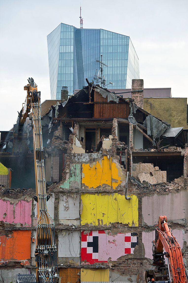 Voor het gebouw van de Europese Centrale Bank (ECB) in Frankfurt worden woningen gesloopt. Beeld ap