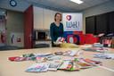 Er zijn al honderden kaarten binnengekomen bij Welzijn de Kempen. Op de foto initiatiefneemster Eefje Heesterbeek.