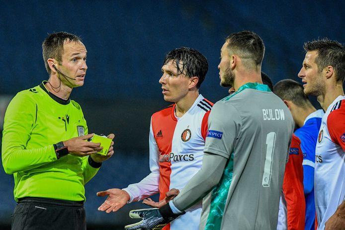 Steven Berghuis in discussie met arbiter Srdjan Jovanovic.